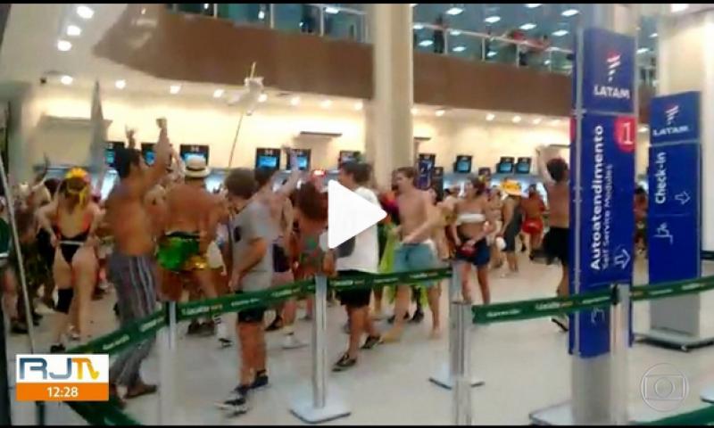 Foliões invadem saguão do Aeroporto Santos Dumont, no Rio