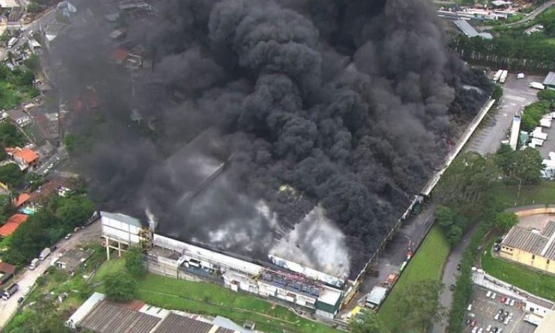 Incêndio atinge galpão de mercado em SP há mais de 6 horas