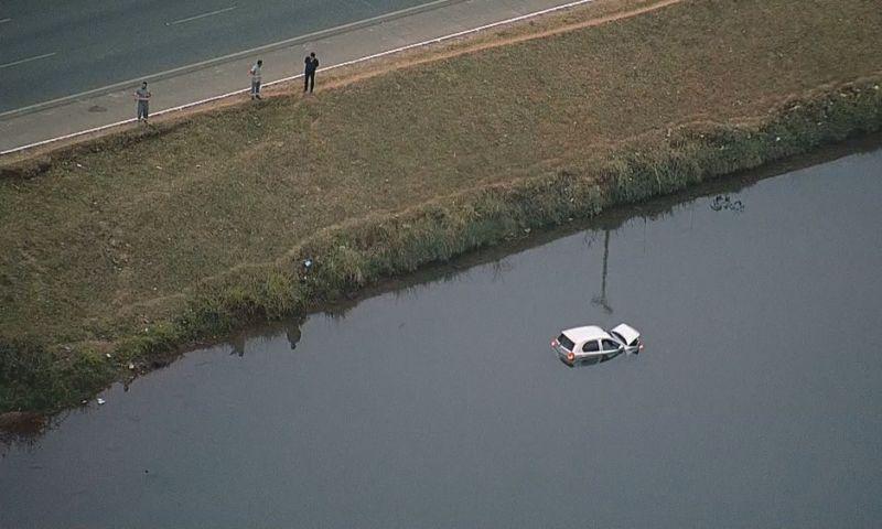Motorista cai com o carro no Lago Paranoá e sai pela janela; veja vídeo