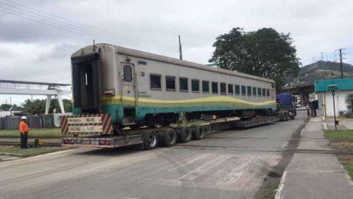 Vagões de passageiros do 'Trem Rio-Minas' começam a ser transportados para Recreio