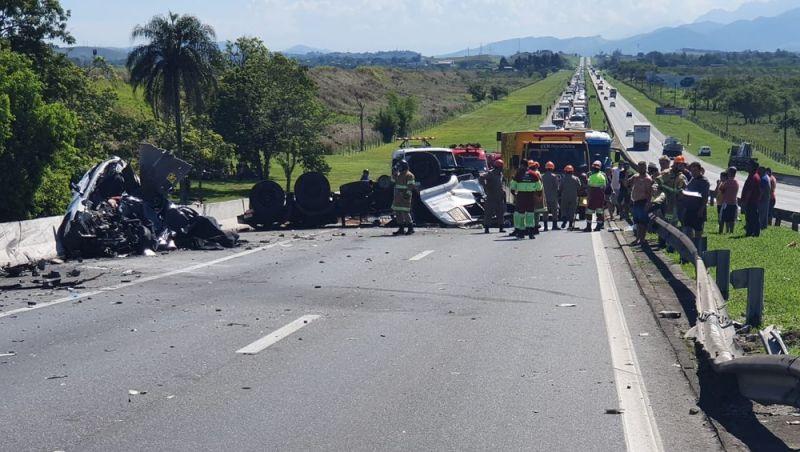 Acidente mata cinco pessoas e interdita Via Dutra (BR-116) no sentido Rio