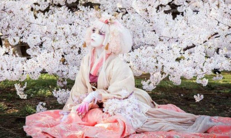 Minori: a 'obra de arte viva' que inventou um novo estilo de moda no Japão