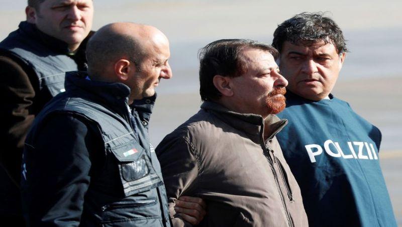 Battisti se diz mudado e doente, relatam policiais que o acompanharam