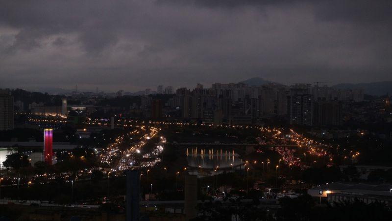 'Dia vira noite' em São Paulo com chegada de frente fria nesta segunda