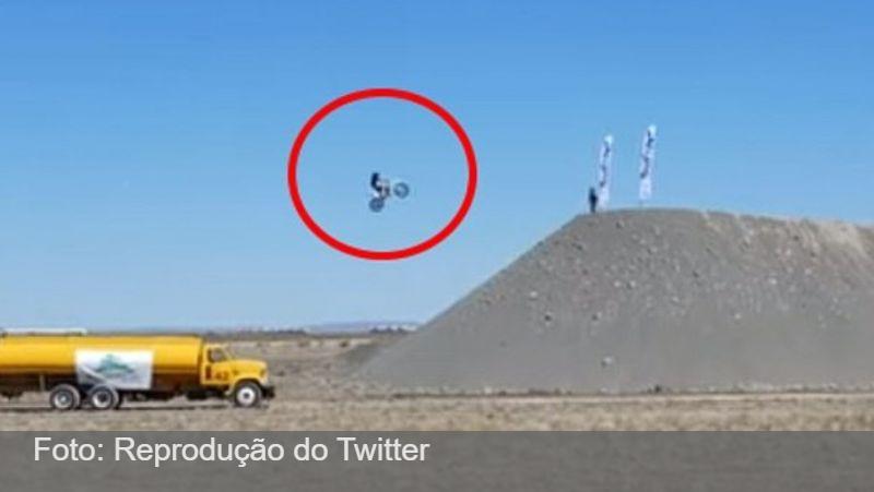 VÍDEO: Motoqueiro morre ao tentar bater recorde mundial de salto à distância