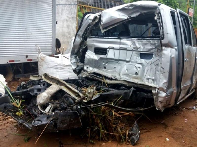 Homem morre e mulher fica gravemente ferida em colisão entre picape e carreta na BR-116
