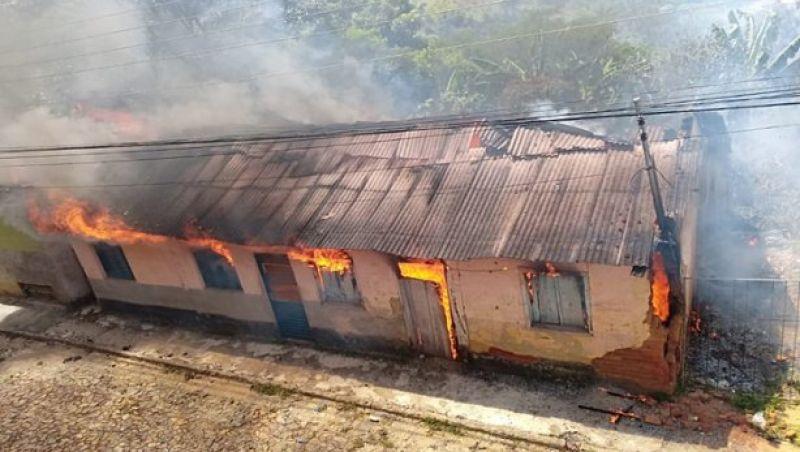 Incêndio destrói casa em São João Nepomuceno neste sábado