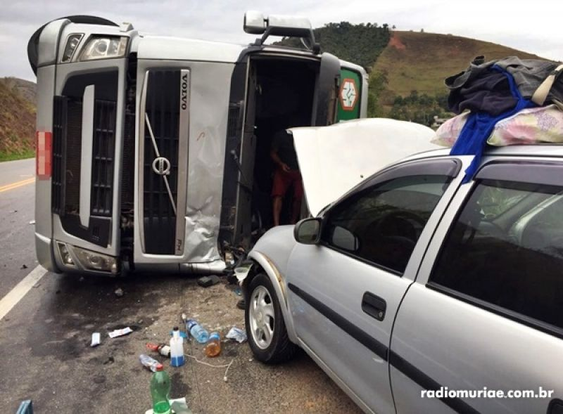 BR-116: carreta tomba, atinge carro e deixa 2 feridos, incluindo idosa