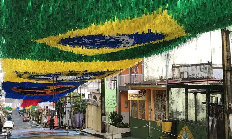 FOTOS: Ruas de Manaus recebem 'tapete suspenso' de bandeiras