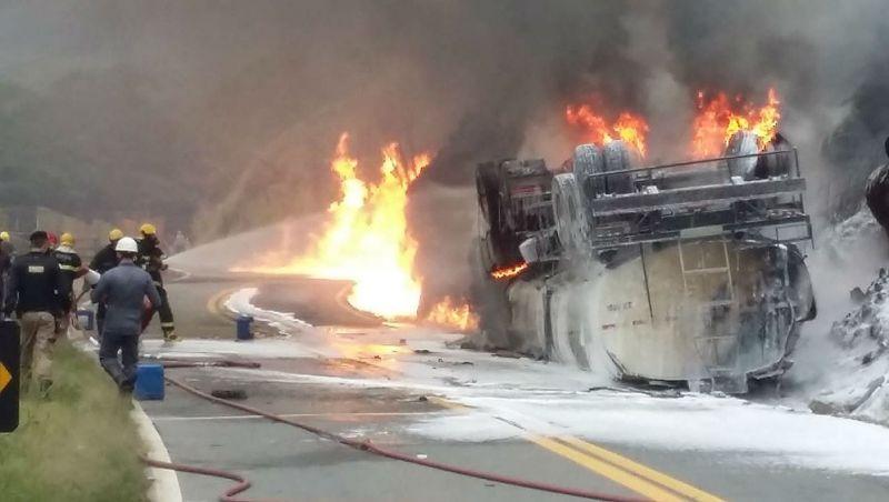 Bombeiros confirmam primeiro óbito após tombamento de carreta seguido de explosão na BR-267 em Juiz de Fora