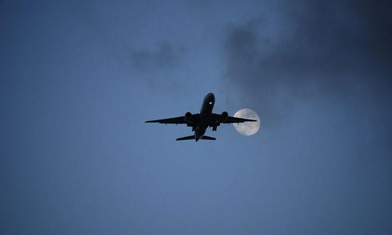 Comprar passagens aéreas e voar durante madrugada é muito mais barato