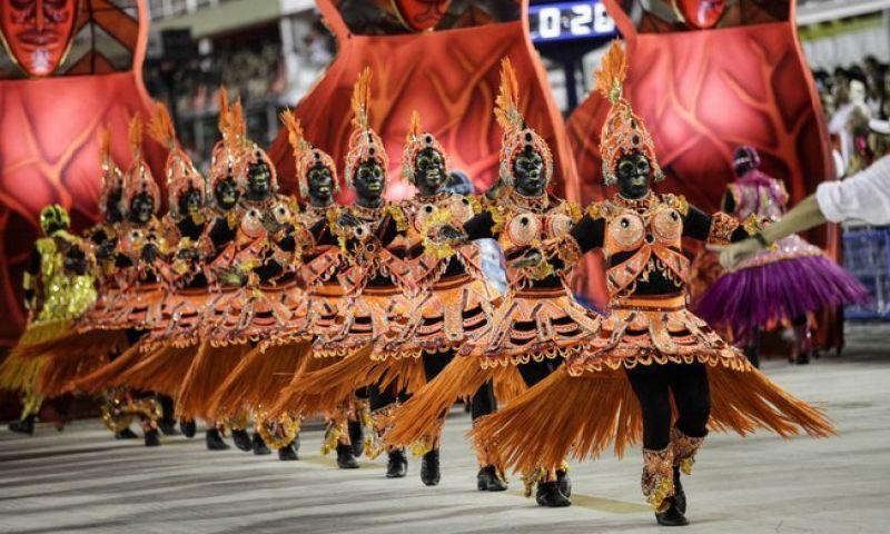 Salgueiro vira alvo de polêmica ao pintar integrantes de preto no carnaval 2018