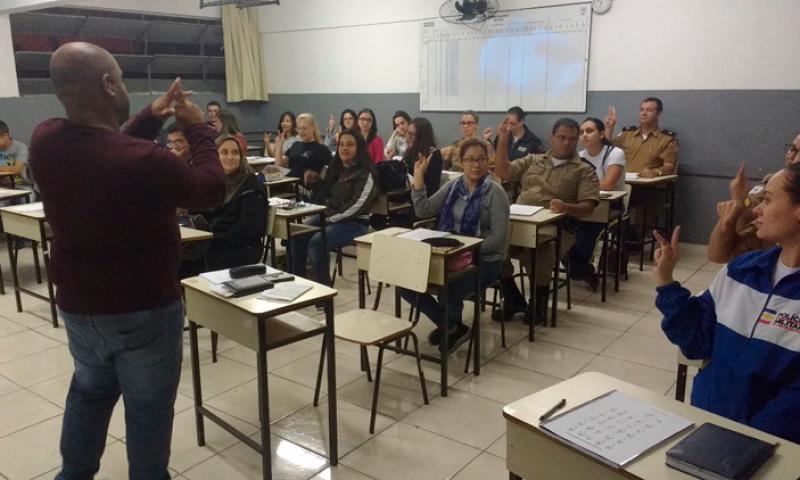 Policiais militares participam de curso de Libras