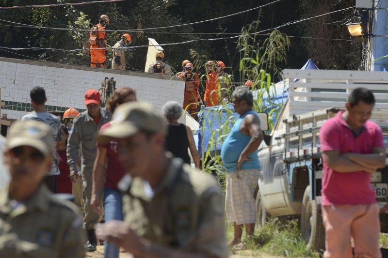 Militares ajudam bombeiros a abrir caminho nos escombros na Muzema