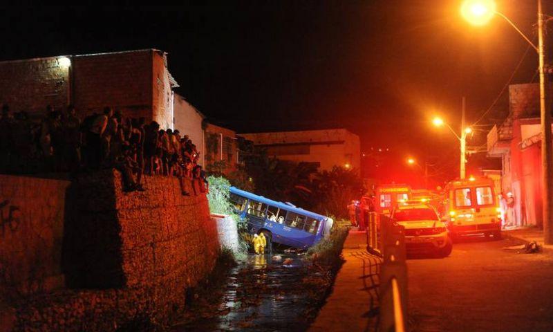 Ônibus cai em córrego em BH e deixa cinco mortos e quatro gravemente feridos