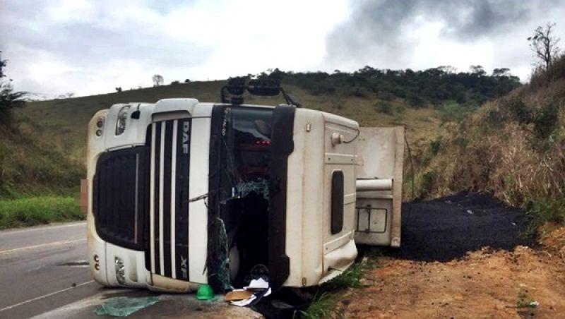 """BR-356: carreta com carvão tomba na """"curva da Pratinha"""" e motorista fica ferido"""