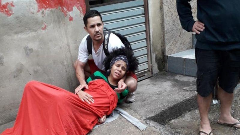 Mãe dá à luz na rua no Rio após esperar 3 horas por ambulância