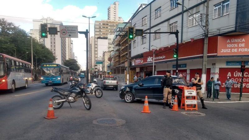 Trânsito é liberado após acidente na Avenida Rio Branco em Juiz de Fora