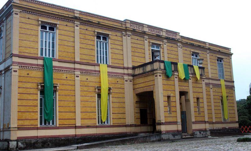 """Museu """"Mariano Procópio"""" em clima de Copa decora janelas com bandeiras em verde a amarelo"""