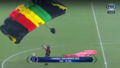 Homem que desceu de paraquedas no Maracanã é detido acusado de invasão