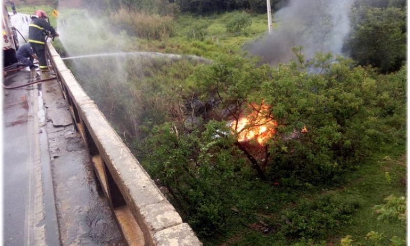 Caminhonete cai de ponte e pega fogo em Tiradentes