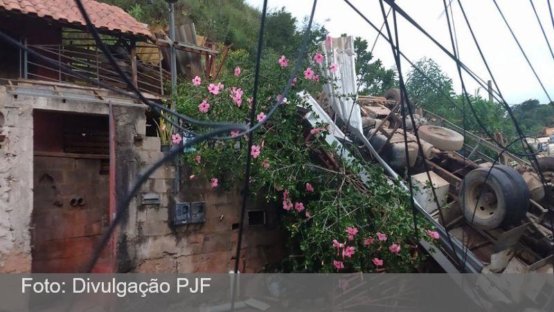 JF: Defesa Civil realiza vistoria em casa atingida por caminhão no bairro Bonfim