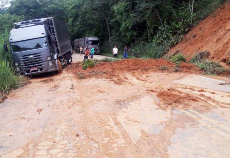 Barranco cai e estrada MGC-120 fica interditada próximo a Cataguases