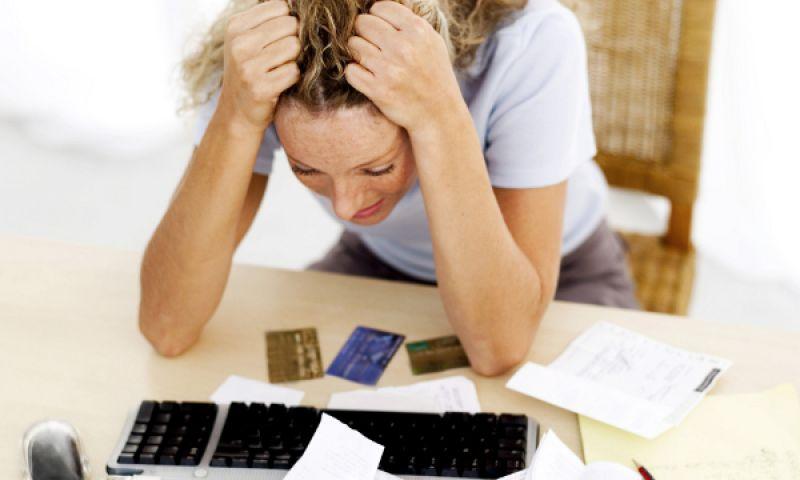 Contrair dívida para evitar usar poupança é um dos erros mais comuns com dinheiro