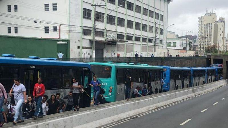 Ônibus quebra em avenida central de Juiz de Fora e gera engarrafamento