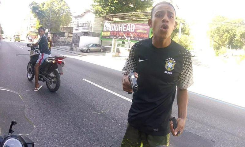 Câmera flagra roubo e tiro contra motociclista na Zona Norte do Rio