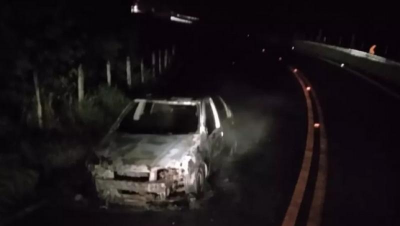 Veículo pega fogo na MG-452 em Oliveira Fortes