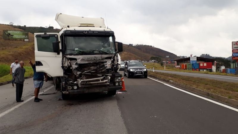 Colisão entre caminhões causa retenção de 1km na BR-040