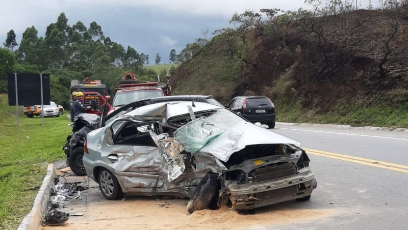 Colisão entre dois carros de passeio deixa mortos e feridos na BR-265 em Barbacena
