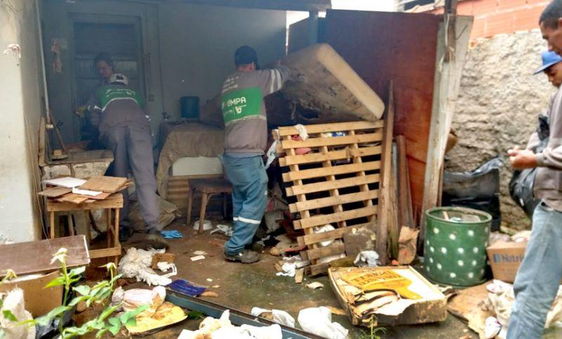 """Contra a dengue - """"Sala de Operações"""" retira seis toneladas de lixo em casa no Bairro São Mateus"""