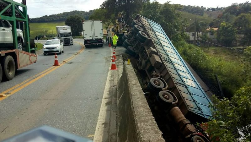 Carreta cai em ponte na BR-040 e motorista morre perto de Santos Dumont