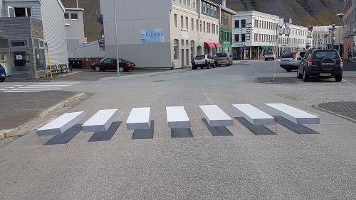 Faixas de pedestre em 3D tentam reduzir atropelamentos
