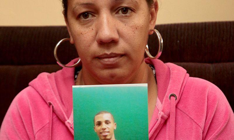 Mãe reconhece cinto de filho junto a ossada encontrada em quintal em JF