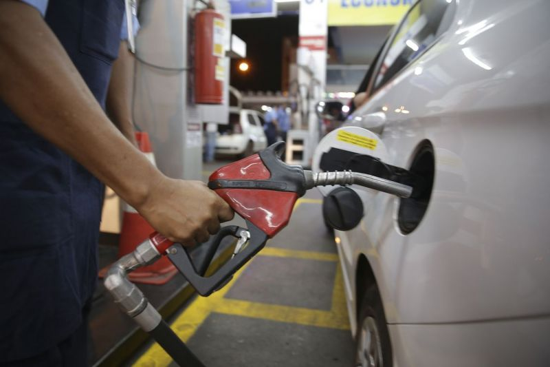 Pesquisa da ANP constata ligeiro recuo no preço médio da gasolina