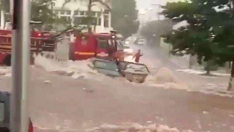 Bombeiros se arriscam dirigindo na enxurrada para salvar vidas em Uberlândia; vídeo
