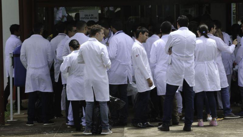 Médicos formados no exterior tentam validar diploma no Brasil