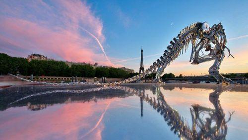 Tiranossauro de prata invade Paris