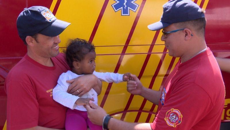 Bebê que caiu de 4º andar reencontra bombeiros que fizeram o resgate; 'Não tem explicação', diz socorrista