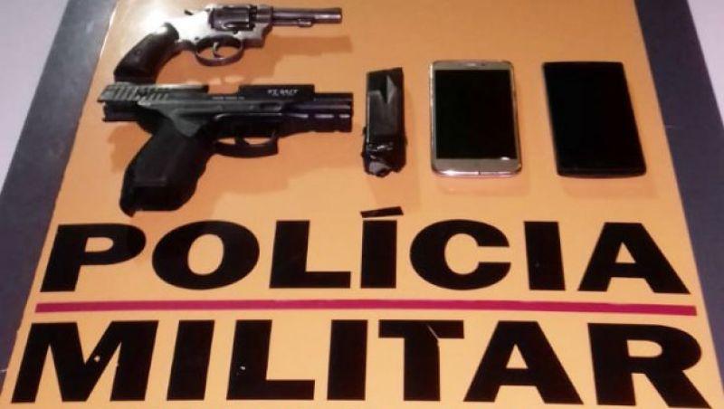 Dupla é presa em flagrante em Rio Pomba com arma de fogo, simulacro e moto adulterada