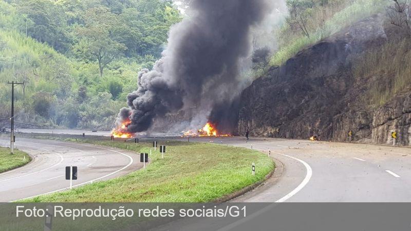 Motorista morre após caminhão capotar e explodir na BR-040, em Três Rios