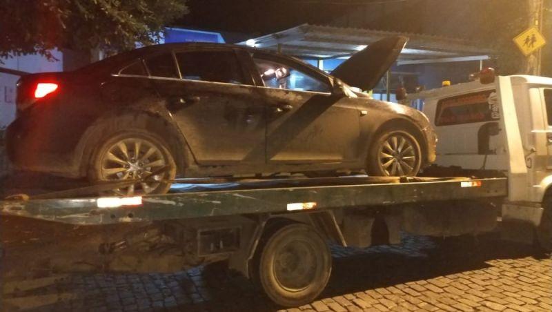 PM apreende carro roubado que fugiu de posto de combustível sem pagar