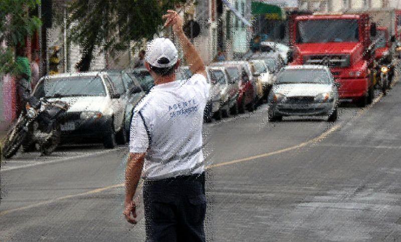"""Agentes da Settra participam da """"Operação Natal"""" no horário especial do comércio em JF"""