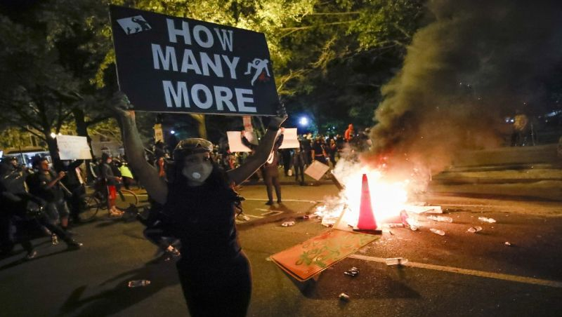 Após início pacífico, jornada de protesto nos EUA tem novas cenas de violência