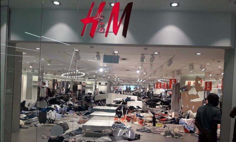 Lojas da rede H&M são destruídas na África do Sul após polêmica sobre racismo