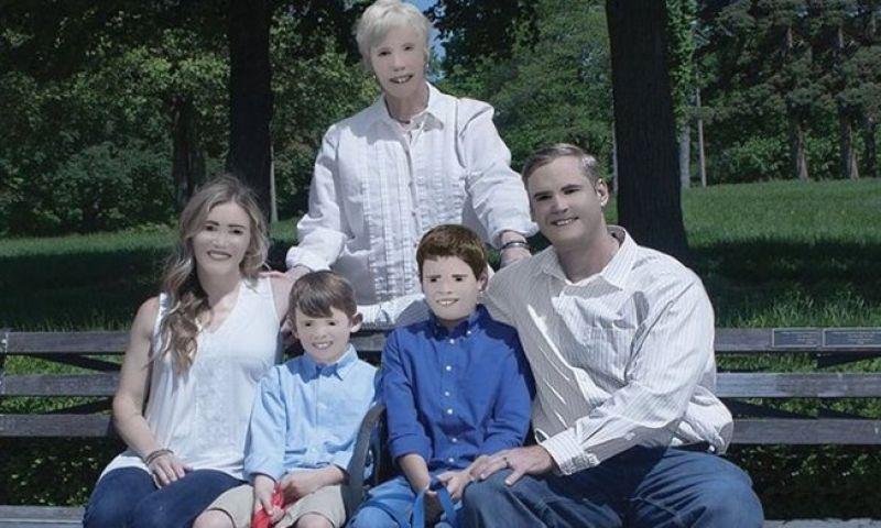 Fotógrafa exagera no Photoshop e foto de família vira piada e viraliza
