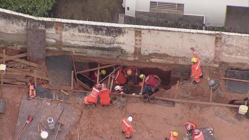 Após mais de seis horas de operação, bombeiros resgatam vítima de soterramento em BH com vida